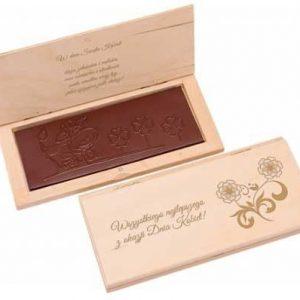 tableta de chocolate en caja de madera