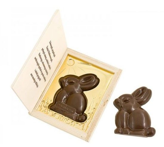 Conejo de Pascua de chocolate en caja de madera