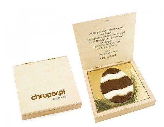Huevo de chocolate en caja de madera